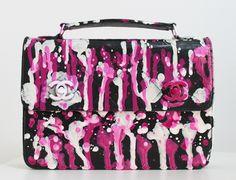 """(Chanel da Brenda) Eu, muito pretensiosamente, chamo de """"bolsas Pollock"""". Claro que não vejo a menor semelhança entre elas e o trabalho do gênio que foi o Pollock – e de quem sou eternamente fã – mas é só pela referência dos respingos mesmo. E, como tenho customizado muito (ainda bem, estou feliz!), resolvi unir …"""