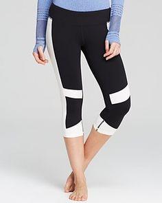 "Pin for Later: Gute Vorsätze in Sachen Sport beginnen mit dem richtigen Outfit  Alo Yoga ""The Vortex"" Capri-Leggings (70 €)"
