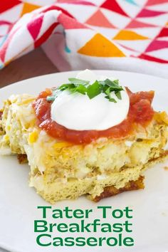 Tater Tot Breakfast Casserole - tater tots, eggs, milk and spices baked to perfection and topped with lots of cheese, sour cream and salsa. Tater Tot Breakfast Casserole, Casserole Dishes, Smoked Sausage Hash, Peach French Toast, Breakfast Ideas, Breakfast Recipes, Brunch Recipes, Drink Recipes, Tater Tots