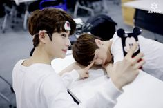 [04.04.16] Astro official Fancafe - Behind the scene from Music show promotions - MyungJun e MoonBin