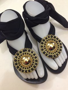 Hermosas sandalias de moda decoradas ordénalas  con diseño o sin diseño vía what's app 809-863-6136 or vía Mail info@daniellaccesoriosrd.com  #sandaliasdemoda #handmadeaccesories #fashionistas #outfit #stylewoman #girls #jeweldesing #