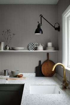 Stribet tapet er en evig klassiker i den nordiske og skandinaviske indretning. Dette fine tapet fra Sandberg har smalle striber i hvid og mørkegrå. Perfekt til en stilren og elegant indretning.  De hvide striber er cirka 1 cm brede, og de grå striber er cirka 8 mm brede. Kitchen Tops, Kitchen Ideas, Kitchen Trends, Wall Wallpaper, Sandberg Wallpaper, Bedroom Wallpaper, Scandinavian Interior, Minimalist Home, Kitchen Flooring