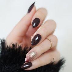 Semilac 076 Black Coffee, a na serdecznym cieniowanie z Semilac 037 Gold Disco i 094 Pink Gold #hedonistkanails #nails #nailswag #nailsofinstagram #mani #manicure #hudabeauty @hudabeauty #picoftheday