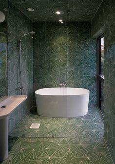 Det helkaklade badrummet med olika mönster från arkitektkontorets Marrakech Designs kollektion