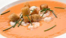 Receta de salmorejo, tomate y mango como ingredientes principales. Acompañamos esta sopa fría con unos dados de rape y gambas salteadas y costrones de pan. Un plato fresco para el verano elaborado por Karlos Arguiñano.