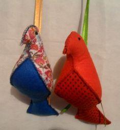 Pássaro confeccionado com feltro. Enchimento com fibra siliconada.