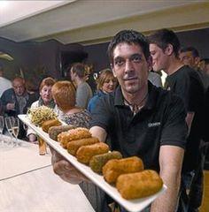 Jordi, con un 'mix' de croquetas, e imagen del local.