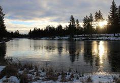 Kelolampi on 8 October | Saariselka, Ivalojoen pintaan on kertynyt riitettä. Saariselän Kelolampi on saanut jääpeitteen, ohuen mutta kuitenkin. #saariselka #saariselkabooking #astueramaahan #stepintothewilderness #ivalojoki