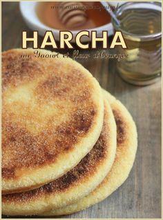Recette Harcha (al Harcha bi asmid) avec du yaourt et parfumée à l'eau de fleur d'oranger. Galette de semoule fine très populaire de cuisine marocaine