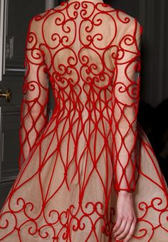 Valentino e sua capacidade em transformar um vestido em obra de arte.