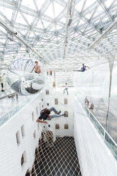 空中にネットを何層も重ねて歩けるようになっているアート。宙にうかんでるみたい。(via Tomás Saraceno)