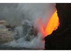 Le 29 janvier dernier, l'eau salée se transforme en vapeur au contact de la lave en fusion.
