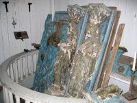 Altaruppsats i delar i fornsalen före åtgärd