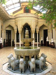 En el centro histórico de Santiago de Chile, en la Calle Compañía, se inauguraba en 1862 la primera réplica del Mundo y la única en América de la Alhambra, encargada por la familia Ossa, que mandó al arquitecto Manuel Aldunate a Granada para poder copiar con exactitud el Monumento.