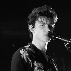 "2,916 Me gusta, 384 comentarios - Shawn Mendes (@mendeslove89) en Instagram: ""What's the first song you heard from Shawn that got you hooked and became a fan ❤️ #mendesarmy"""