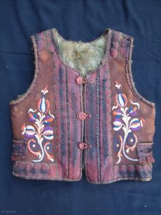 Transilvania sassone, 2 / bambini giubbotti Dimensione: 42x45cm (1.4x1.5ft) e 44x45cm (1.5x1.5ft) Hungarian Embroidery, Spinning, New Fashion, Folk Art, Costumes, History, My Style, Clothing, Outfit
