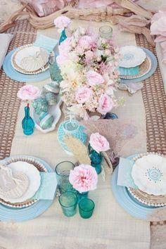 Mesa con colores turquesa.