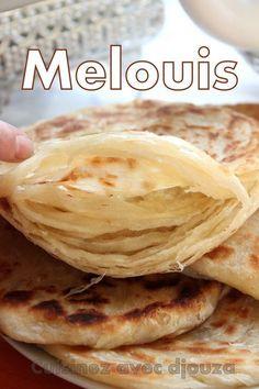 Les melouis (rghaif marocain) sont des crêpes croustillantes et feuilletées. C'est la façon de rouler la pâte qui donne ce feuilleté. Servir meloui avec un thé Snack Recipes, Dessert Recipes, Cooking Recipes, Chefs, Morrocan Food, Moroccan Bread, Crepes And Waffles, Pancakes, Indian Food Recipes