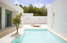 villa di lusso in spagna 89 - villa di lusso in spagna White, white and more white....take your sunglasses... Pinned to Pool Design by Darin Bradbury.
