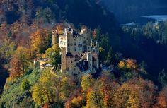 Замок Хоэншвангау, Германия.  Этот замок-крепость был построен рыцарями Швангау в XII веке и был резиденцией многих правителей, в том числе знаменитого короля Людвига II, который принимал в этих стенах композитора Рихарда Вагнера.