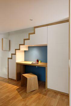 un escalier bureau rangement sous la mezzanine