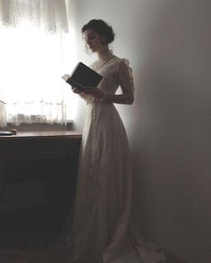 Tessa Gray 'whenever she felt sad, she'd pull out his book and trace his handwriting' Story Inspiration, Character Inspiration, Photo Web, Tessa Gray, Princess Aesthetic, Foto Pose, Belle Photo, Marie, Vintage Fashion