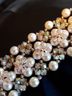 Bracelet manchette blanc et doré golden Shadow en perles de cristal et perles de nacre Swarovski