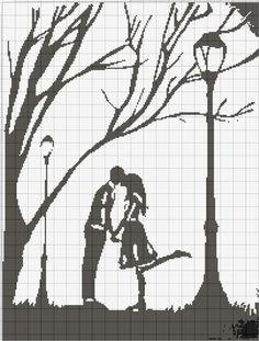 sarut in parc langa copaci si felinare - doi indragostiti- sarut de noapte buna