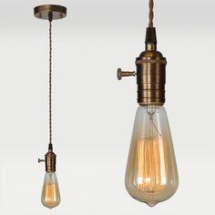 la lampe de plafond dispose d'une ampoule rétro exposée au bout d'une corde torsadée / the pendant features a bare retro bulb at the end of a brown twisted fabric cord
