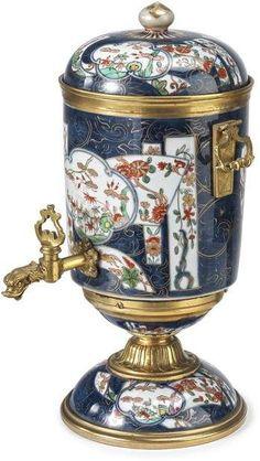 Fontaine à parfum, Frankreich, Ende 18. Jh. Porzellan mit Imaridekor und vergoldete, zisellierte B — Porzellan & Fayencen