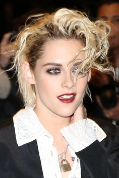 """Kristen Stewart Hairstyles One reason why we lack the uniqueness and style in our haircutsRead More """"Kristen Stewart Hairstyles"""" Kristen Stewart And Stella, Kristen Stewart Movies, Kirsten Stewart, Kristen Stewart Chanel, Robert Pattinson, Sils Maria, Divas, Hollywood, Mannequins"""