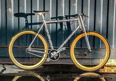 Tobias Knockaert de la société Eleventwentyseven est à l'origine de ce vélo sur mesure adapté à la taille et au poids de chaque client possédant un vélo unique, gravé à son nom.  Autre spécificité de taille, ce sont les découpes au laser dans le cadre en acier inoxydable. Les motifs sont directement inspirés des structures cédulaires. Ce vélo unique baptisé Erembald est disponible pour tout de même 1600 €.