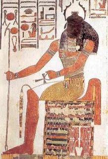 O Escaravelho Sagrado Deus criador, de acordo com a cosmogonia de Heliópolis, o deus-Sol era retratado sob várias formas, tais como um homem barbado usando a coroa dupla do faraó (Atum), ou um falcão (Rá). Outra destas formas era a de um escaravelho ou a de um homem com um escaravelho no lugar da cabeça. Nesse caso o bichinho simbolizava o deus Khepra (escaravelho, em egípcio) e sua função era nada menos que a de mover o Sol, como movia a bolinha de excremento que empurrava pelos caminhos…