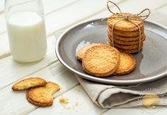 Petits biscuits maison, entre le petit beurre et le sablé, personnalisés avec des tampons et faciles à réaliser.
