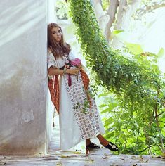 Vogue 1970 Talitha Getty leans against the white-washed cement garden wall in her Marrakech home. (Photo by Patrick Lichfield/Conde Nast via Getty Images) Talitha Getty, Bohemian Chic Fashion, Bohemian Style, Vintage Fashion, Marrakech, Cement Garden, House Dress, Beauty Photography, Fashion Advice