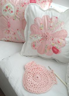 Like the Dresden plate pillow with the scalloped edges and I love the color.