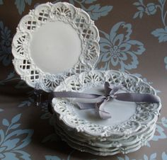 Milk Glass Plates with Lacy Edge Vintage Dishes, Vintage China, Vintage Plates, Vase Deco, Shabby Chic Stil, White Dishes, White Plates, Red Plates, Beautiful Table Settings