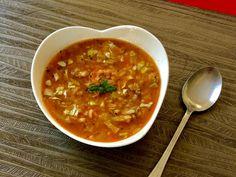 Zupa gołąbkowa z młodej kapusty Gęsta, sycąca i pyszna zupa pomidorowa z młodą kapustą, mięsem mielonym i ryżem. Ciekawy pomysł na szybki i łatwy obiad!   Składniki: 0,5 kg mięsa wieprzowego 1 niewielka główka młodej kapusty 1 cebula 2 ząbki czosnku 1 marchewka 1 niewielki korzeń pietruszki kawałek selera 1 mały słoiczek koncentratu pomidorowego … Soups And Stews, Soup Recipes, Food And Drink, Tasty, Dinner, Ethnic Recipes, Blog, Gastronomia, Recipes
