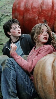 Harry Potter and the Prisoner of Azkaban Harry Potter (Daniel Radcliff) Hermoine Granger (Emma Watson) ~ This is the third movie in a series of seven based on six books by J K Rawling. Harry Potter Tumblr, Harry Potter World, Harry Potter Kawaii, Images Harry Potter, Harry Potter Icons, Mundo Harry Potter, Dobby Harry Potter, Theme Harry Potter, Harry Potter Characters