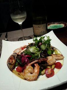 유자 비네그레트의 모듬 해산물 샐러드 Assorted Seafood Salad with Citron Vinaigrette - 그린셀홍합, 새우, 관자, 오징어를 팬프라이하여 곁들인 그린 샐러드