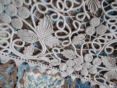 Morceaux choisis     Guipure, Irish lace, chemin de table faisant ...  Collection personnelle. pinned with Pinvolve