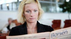Kvinde læser avis