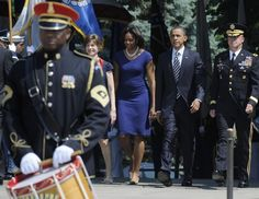 U.S. President Barack Obama (2nd R) and Commander of the Military District of Washington U.S. Army Major General Karl Horst ® arrive to lay a Memorial Day wreath at the Tomb of the Unknowns at Arlington Cemetery in Arlington, Virginia, May 30, 2011....