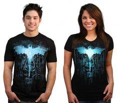 """Camisetas - Batman - The Dark Knights  A febre em torno da saga do Dark Knight nunca esteve tão alta. Para os fãs do """"super-herói"""" metade homem metade morcego essa camisa é deveras espetacular."""