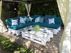 Pallet Furniture DIY Pallet Patio Sofa might have seemed amazing if the vibrant support is placed. Pallet Garden Furniture, Diy Outdoor Furniture, Diy Furniture, Rustic Furniture, Furniture Buyers, Furniture Vintage, Pallet Furniture White, Furniture Stores, Kitchen Furniture
