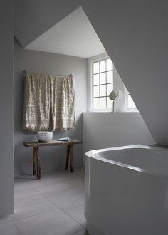 Łazienka z drewnianą ławką