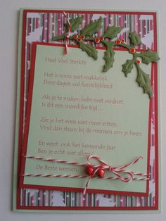 Kerstkaart met gedicht en hulsttakje en lint met belletjes.