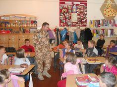 """ÎNVĂŢĂTOR PENTRU O ZI • Un ofiţer din Batalionul 24 Vânători de Munte, din Miercurea Ciuc, a fost, pentru o oră, învăţătorul clasei de elevi din Şcoala Gimnazială """"Liviu Rebreanu"""", timp în care le-a predat elevilor o alt fel de oră de geografie"""