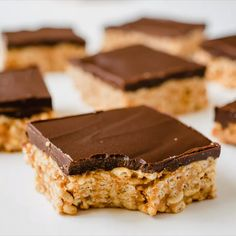 These Healthy Peanut Butter Rice Crispy Treats are made with only 6 good-for-you ingredients and come together in minutes! There are no marshmallows or corn syrup in this recipe! They are the perfect easy, no-bake, gluten-free dessert to satisfy your choc Peanut Butter Rice Crispies, Healthy Peanut Butter, Peanut Butter Recipes, Peanut Butter Crispy Treats, Rice Krispies, Desserts Keto, Healthy Dessert Recipes, Gourmet Recipes, Cookies Healthy