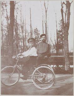 No parque em Tsarskoe Selo, em 1910: Imperador Nicholas e seu filho Czarevich Alexis  na bicicleta.